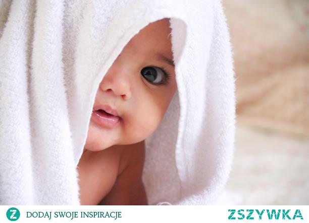 Ciemieniucha – co powinnaś o niej wiedzieć?  Ciemieniucha to bardzo częsta przypadłość niemowlaków. Najczęściej pojawia się w okolicach owłosionej skóry głowy, a także na brwiach. Czy jej pojawienie się wynika z zaniedbań higienicznych rodziców?  Ciemieniucha – co to takiego?  Ciemieniucha to pojawiająca się na skórze główki noworodka lub niemowlaka żółta łuska, czasem pokrywająca główkę jak skorupa. Pojawia się na owłosionej skórze głowy, w okolicy ciemiączka (stąd nazwa). To efekt nadmiernego wydzielania łoju, który zasycha na skórze i łączy się ze złuszczającym się naskórkiem. Choć nie wygląda estetycznie, nie stanowi zagrożenia dla zdrowia dziecka, a także nie boli i nie swędzi  Ciemieniucha ,przypadłość  ,niemowlaków ,skóry  ,głowy ,co to takiego  #Ciemieniucha #przypadłość  #niemowlaków #skóry  #głowy #cototakiego
