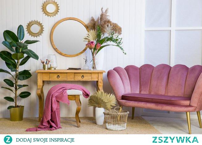 Drewniana toaletka sosnowa, taboret tapicerowany, okrągłe lustro, sofa tapicerowana glamour. #Salon #Stylizacja  #toaletka #sofa #lustro #glamour #Wystrójwnętrz #Wnętrze #Meble #Sypialnia #Dom