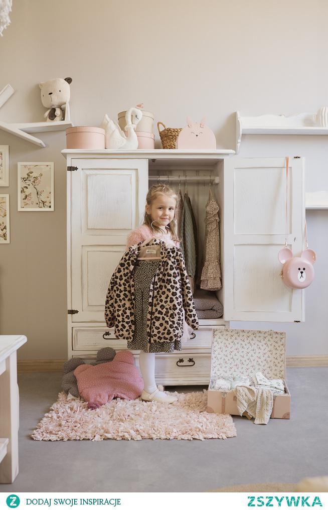 Drewniana komoda do pokoju dziecka, drewniane meble dziecięce. #pokójdziecka #mebledziecięce #Dodatki #Stylizacja  #Wystrójwnętrz #Wnętrze #Meble #komoda #szafa #biurko #stolik