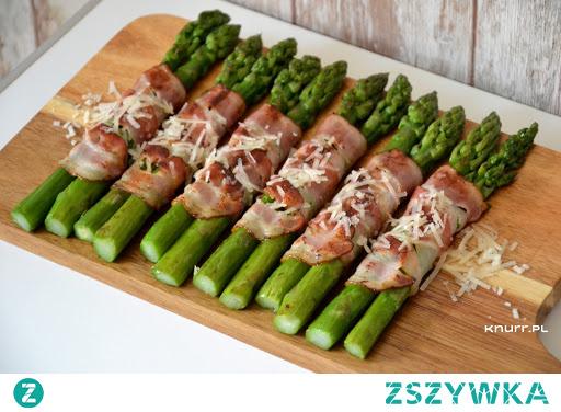 Pyszne, lekko chrupiące zielone szparagi owinięte wędzonym boczkiem i posypane parmezanem. Można je podawać jako dodatek do obiadu lub samodzielne danie