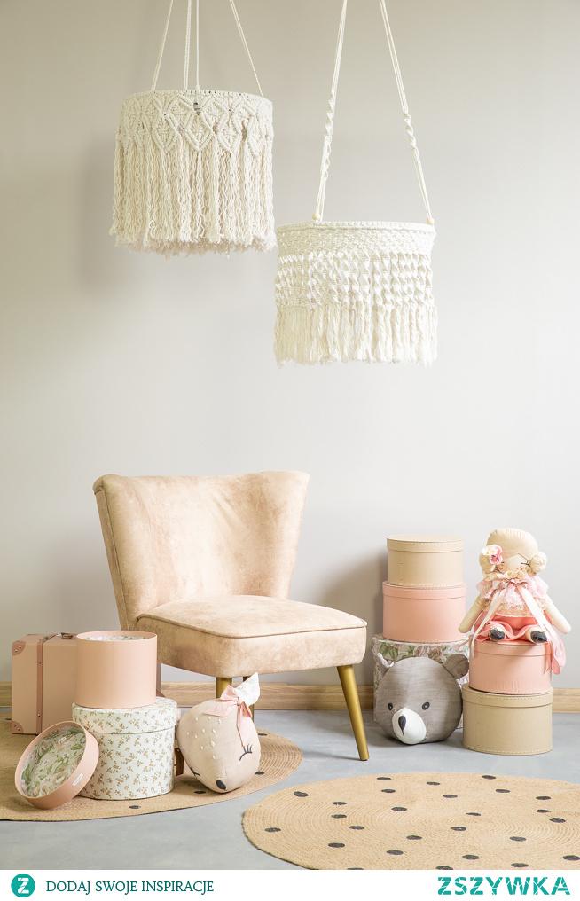 Fotel tapicerowany Pepino, lampa sznurowa biała do pokoju dziecka. #dziecko #meble #Dodatki #Rękodzieło #Stylizacja #Wystrójwnętrz  #Wnętrze #Zróbtosam  #fotel #lampa #makrama