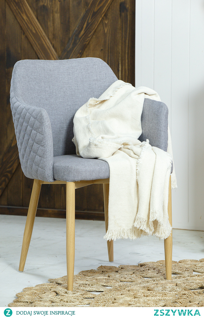Komoda drewniana rustykalna, lustro okrągłe w drewnianej ramie, krzesło tapicerowane.  #lustro #komoda #Dodatki #Stylizacja #Wystrójwnętrz #Wnętrze #Dom #Sypialnia #Meble #Design #krzesło