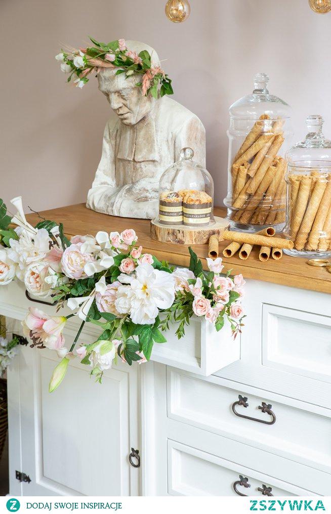 Drewniana komoda z szufladami woskowana do sypialni, w stylu rustykalnym, taboret tapicerowany rustykalny, lampa sznurowa wisząca. #flowers #komoda #taboret #lampa #Rękodzieło #Wystrójwnętrz  #Wnętrze #Rękodzieło #Dodatki #Meble #Salon
