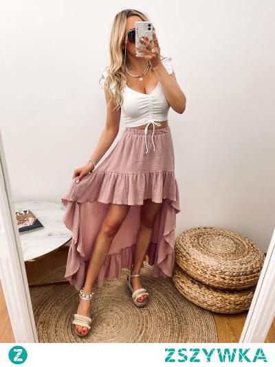 Spódnica, w kolorze pudrowego różu, asymetryczna, z przodu krótsza, doskonale eksponuje nogi, a z tyłu wytwornie dłuższa.