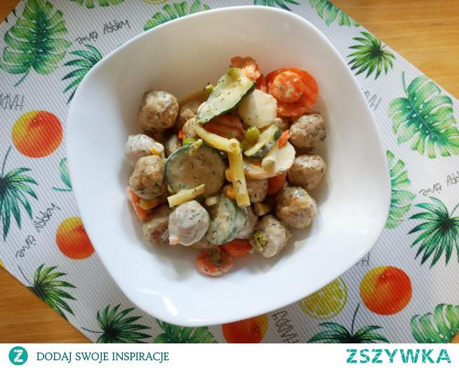 Klopsiki z warzywami w kremowym sosie - pomysł na pyszny obiad
