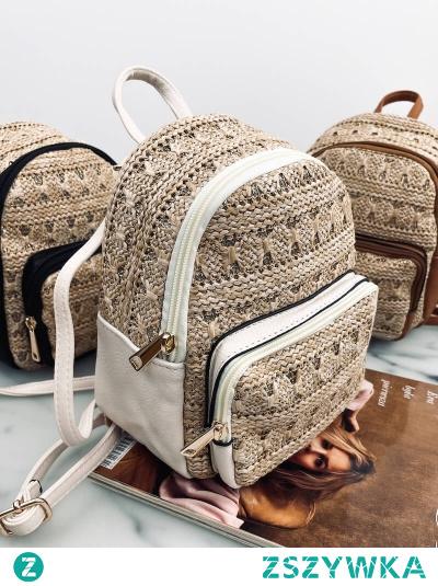 Słomkowy plecak w kolorze jasnego beżu z dodatkiem błyszczącej złotej nitki. Chociaż jest nieduży, pomieści najpotrzebniejsze dodatki - telefon, kosmetyczkę, portfel, klucze.