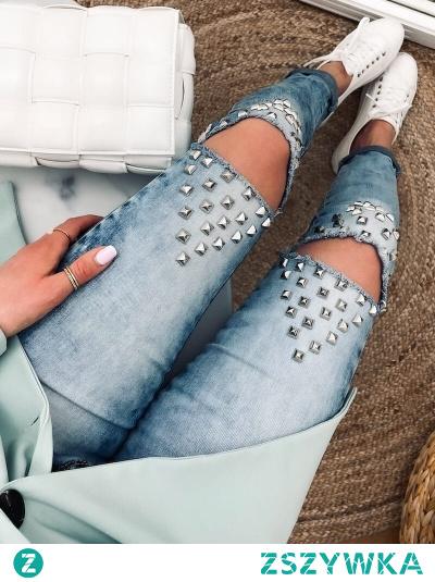 Spodnie jeansowe, w lekko rockowym stylu z dżetami i pęknięciami na kolanach.