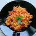 Ryż z fasolą, kukurydzą i sosem paprykowym.  Składniki:  Cebula 35 g Czosnek 6 g Fasola konserwowa czerwona 65 g Kukurydza konserwowa 40 g Oliwa z oliwek 6 g Papryka czerwona 165 g Ryż brązowy 65 g Łącznie 422 kcal Białka 13,5 g Tłuszcze 9,8 g Węglowodany 69,7 g  Sposób przygotowania: Paprykę umyć i oczyścić. Posiekać w drobna kostkę razem z cebula i czosnkiem. Olej rozgrzać w garnku. Dodać cebulę i ją zeszklić. Dodać paprykę i czosnek. Smażyć na średniej mocy palnika, mieszając, ok. 5 minut. Podlać lekko wodą, lub gorącym bulionem. Dodać odrobinę octu lub soku z cytryny. Gotować około 15 min. Mieszając od czasu do czasu, zmiksować, doprawić solą i pieprzem, oraz ulubionymi ziołami. Dodać kukurydze i fasolę , oraz ugotowany ryż. Trzymać jeszcze na ogniu 3 min