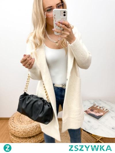 Miły w dotyku płaszczyk oversize, w kolorze ecru. Bardzo ciepły i przyjemny w noszeniu. Płaszcz zapinany na dwa niewidoczne napy, co dodaje eleganckiego wyglądu.