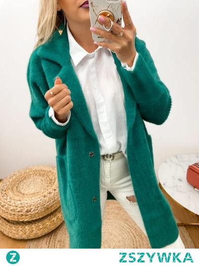 Śliczny i bardzo ciepły płaszczyk, model oversize. W bardzo modnym zielonym kolorze, który ożywi każdą stylizacje. Zapinany na dwa napy, z przodu znajdują się duże, otwarte kieszenie.