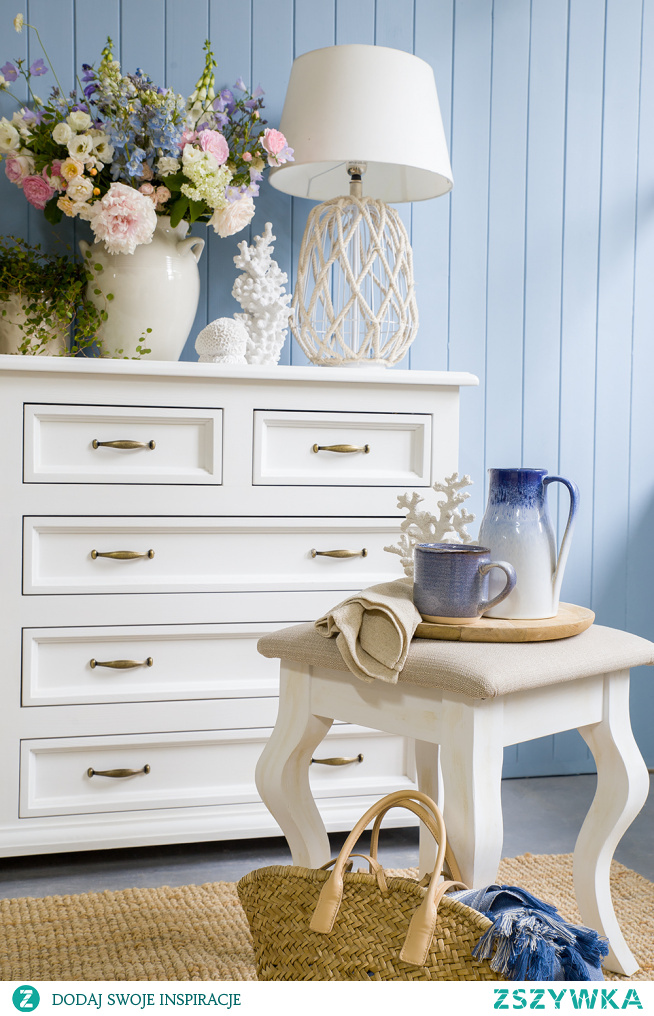 Biała duża komoda drewniana z szufladami do sypialni.