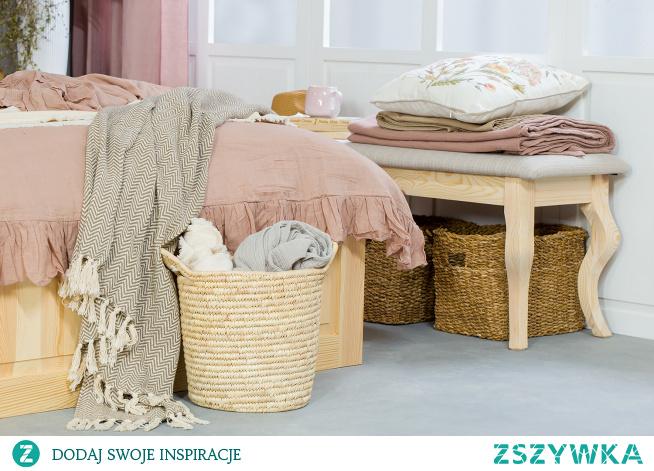 Drewniane meble do sypialni, różowa sypialnia, łóżko podwójne 160x200. Szafka nocna drewniana.Ławka drewniana tapicerowana.