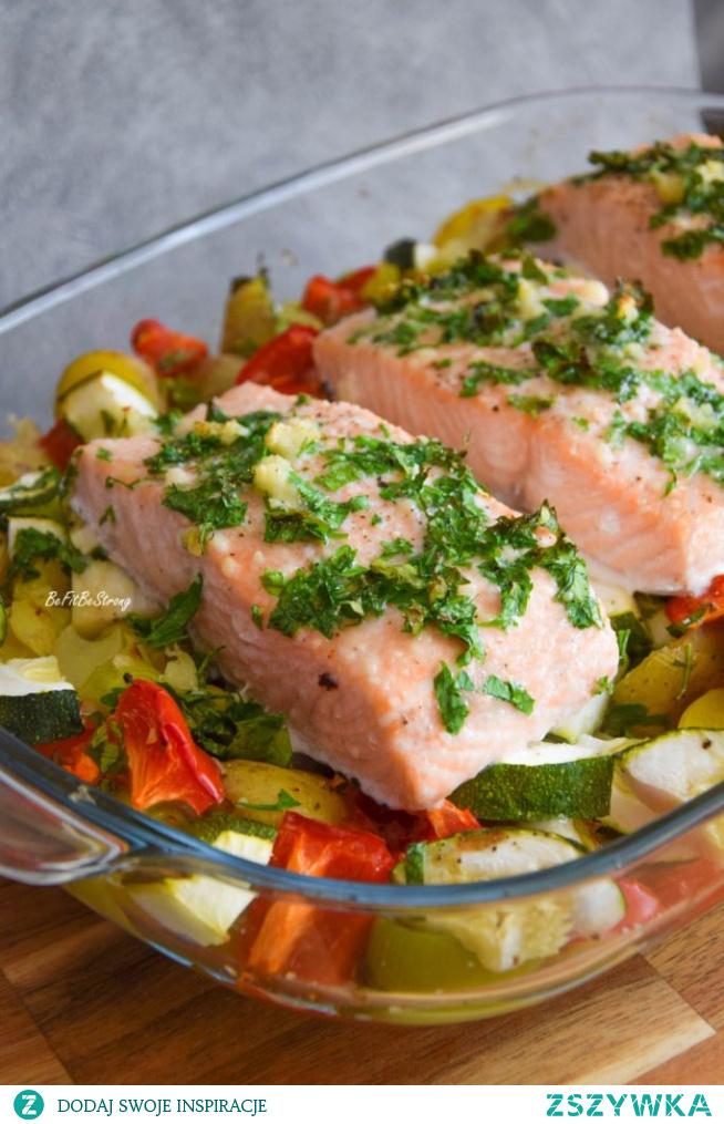 Łosoś pieczony z warzywami FIT. Przepis po kliknięciu w zdjęcie.