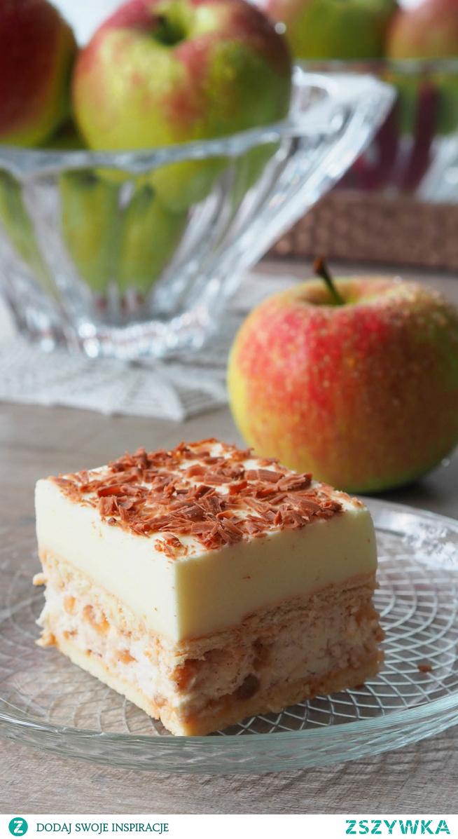 Ciasto karmelowe jabłuszko z cytrynką. Dwie rzeczy szczególnie lubimy w ciastach: bitą śmietanę i delikatną piankę. Więc to ciasto będzie Państwa ulubionym ciastem. Na herbatnikach warstwa bitej śmietany dodatkowo z przepysznymi karmelizowanymi jabłkami. A na wierzchu delikatna pianka cytrynowa obsypana startą czekoladą. Czego chcieć więcej!!