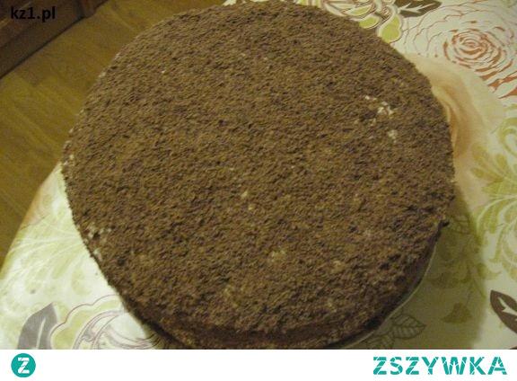 Domowy tort z posypką z czekolady.